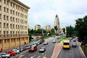 la città di Rzeszów con il monumento sullo sfondo