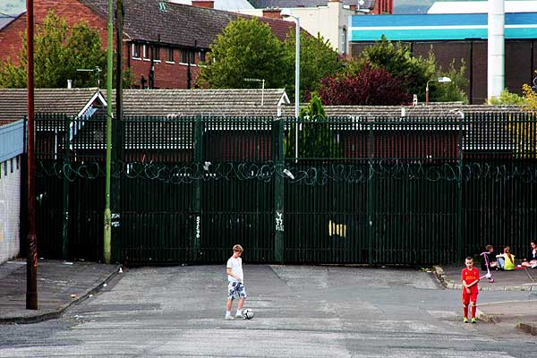 bambini giocano al di qua del muro